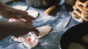 Mani maschii che cucinano vicino caucasico delle torte a casa su archivi video