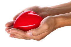 Mani maschii che danno cuore rosso fotografia stock libera da diritti