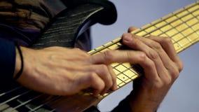 Mani maschii che giocano chitarra archivi video