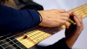Mani maschii che giocano chitarra stock footage