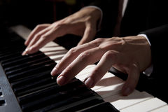 Mani maschii che giocano piano Fotografia Stock