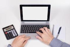 Mani maschii che lavorano al computer Fotografia Stock