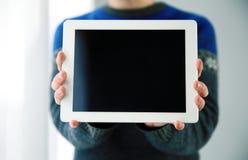 Mani maschii che mostrano lo schermo di computer della compressa Fotografie Stock