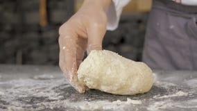 Mani maschii che producono pasta per pizza video d archivio