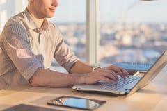 Mani maschii che scrivono, facendo uso del computer portatile in ufficio Progettista che lavora nel luogo di lavoro Immagine Stock