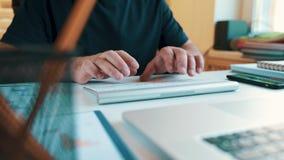 Mani maschii che scrivono sulla tastiera senza fili video d archivio