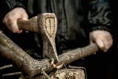 Mani maschii che tagliano legna da ardere a pezzi Fotografia Stock