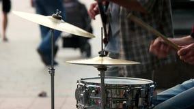 Mani maschii con i bastoni del tamburo stock footage