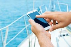 Mani maschii con lo smartphone Fotografia Stock