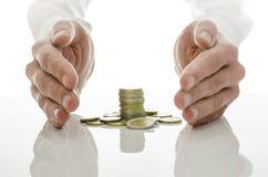 Mani maschii intorno alle euro monete immagine stock libera da diritti