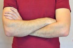 Mani maschii piegate sul suo petto Fotografie Stock Libere da Diritti