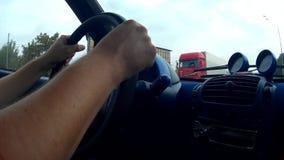Mani maschii sulla ruota i video d archivio