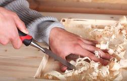 Mani nel lavoro del legno Fotografia Stock