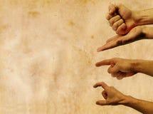 Mani nell'azione contro una priorità bassa dell'annata con Fotografia Stock