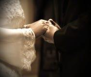 Mani nella cerimonia di cerimonia nuziale Immagine Stock
