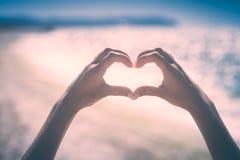 Mani nella figura del cuore Stylisation di Instagram fotografie stock