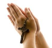 Mani nella preghiera con la croce Fotografie Stock Libere da Diritti