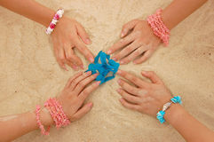 Mani nella sabbia Fotografia Stock