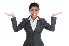 Mani nere della donna di affari che mostrano qualcosa Fotografie Stock