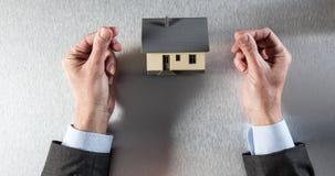 Mani pacifiche del rappresentante della proprietà per costo del bene immobile Immagine Stock Libera da Diritti