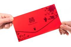 Mani per consegnare e ricevere gli inviti su un fondo bianco fotografia stock