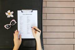 Mani piane della donna di disposizione, domanda di visto della penna di viaggio e sungla Immagine Stock Libera da Diritti
