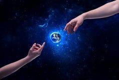 Mani in pianeta Terra commovente dello spazio Fotografie Stock