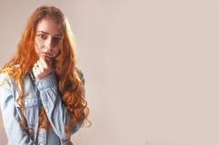 Mani piegate della ragazza come simbolo di solitudine Langua del corpo Immagini Stock
