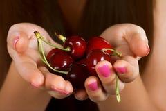 Mani in pieno delle ciliege rosse Immagini Stock Libere da Diritti