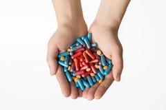 Mani in pieno delle pillole di morte Immagini Stock Libere da Diritti