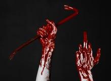 Mani sanguinose con un bastone a leva, gancio della mano, tema di Halloween, zombie dell'uccisore, fondo nero, bastone a leva iso Fotografie Stock