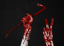 Mani sanguinose con un bastone a leva, gancio della mano, tema di Halloween, zombie dell'uccisore, fondo nero, bastone a leva iso Fotografia Stock