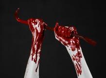 Mani sanguinose con un bastone a leva, gancio della mano, tema di Halloween, zombie dell'uccisore, fondo nero, bastone a leva iso Immagine Stock