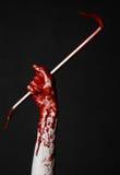 Mani sanguinose con un bastone a leva, gancio della mano, tema di Halloween, zombie dell'uccisore, fondo nero, bastone a leva iso Immagini Stock