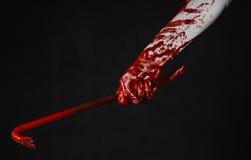 Mani sanguinose con un bastone a leva, gancio della mano, tema di Halloween, zombie dell'uccisore, fondo nero, bastone a leva iso Fotografia Stock Libera da Diritti