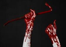 Mani sanguinose con un bastone a leva, gancio della mano, tema di Halloween, zombie dell'uccisore, fondo nero, bastone a leva iso Fotografie Stock Libere da Diritti