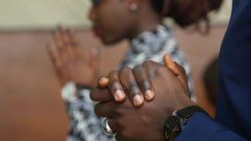 Mani sollevate come pregare o adorare stock footage