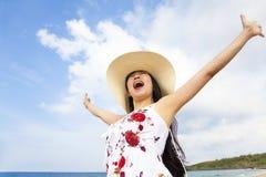 Mani sollevate felici della giovane donna Fotografia Stock