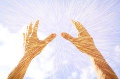 Mani sollevate nella preghiera contro il cielo Effetto di doppia esposizione fotografia stock