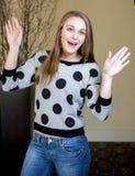 Mani sottili della giovane donna nell'aria Fotografia Stock