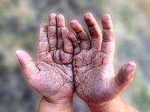 Mani sporche del bambino del ragazzo dopo il gioco nel giardino fotografie stock