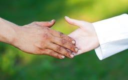 Mani sporche dell'uomo senza casa anziano Fotografia Stock