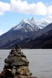 Mani-Stein auf dem Seeufer Stockbild