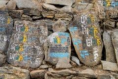 Mani-Steine mit Beschwörungsformeln stockfotografie