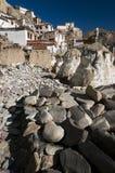 Mani Stones bouddhiste découpé avec des incantations découpées avec la vue du monastère de Lamayuru, Ladakh, Inde Images stock
