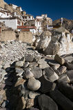 Mani Stones budista tallado con mantras tallados con la vista del monasterio de Lamayuru, Ladakh, la India Imagenes de archivo