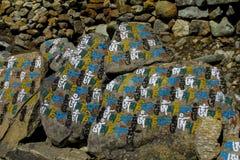 Mani Stones med buddistisk mantra i Himalaya, Nepal royaltyfria foton