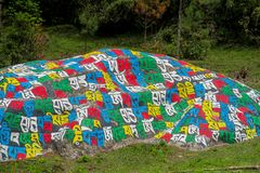 Mani Stones med buddistisk mantra i Himalaya, Nepal arkivbild