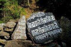 Mani Stones med buddistisk mantra i Himalaya, Nepal arkivbilder