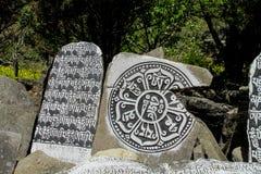 Mani Stones med buddistisk mantra i Himalaya, Nepal royaltyfri bild